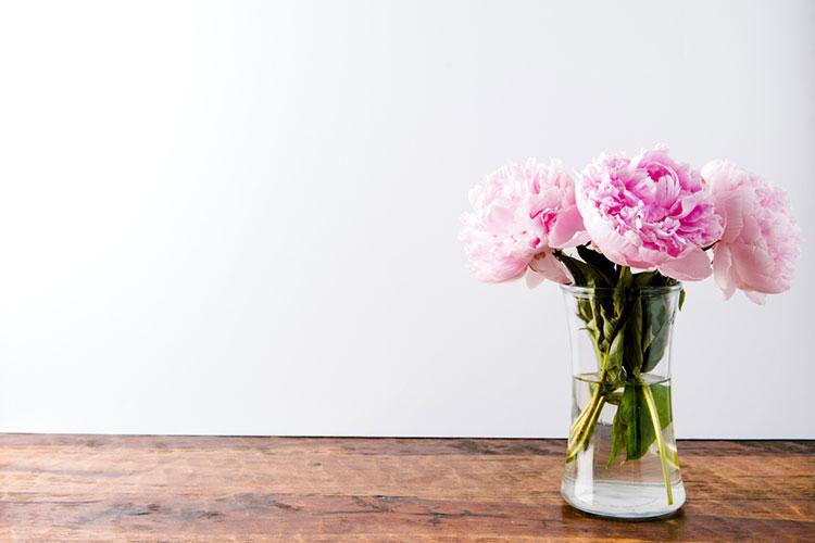 お花を花瓶にいれて飾る