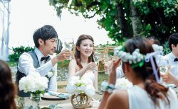 親族のみの結婚式に友人を招待する