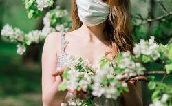 マスクをする新婦