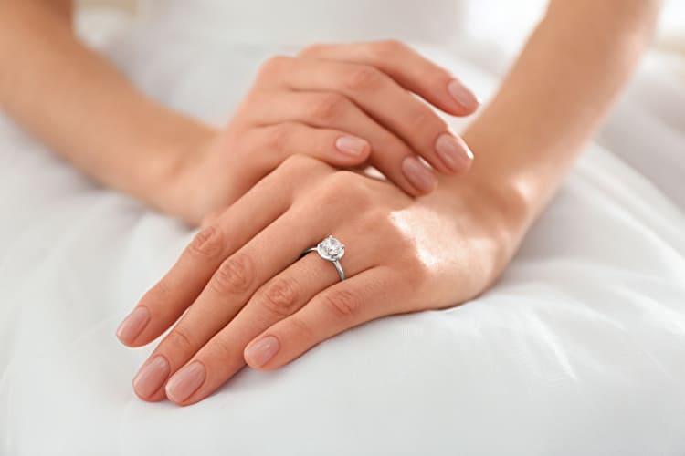 婚約指輪で失敗した…。先輩花嫁の後悔&指輪選びを成功させるコツ
