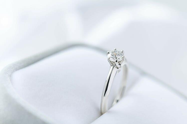 婚約指輪のサイズが分からない!こっそり指のサイズを測る方法とは