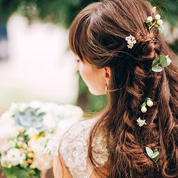 編み下ろしヘアと髪飾り