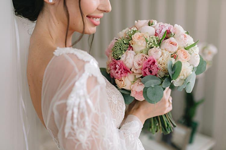 結婚式の前撮りにブーケは必要?