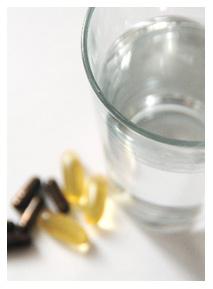 水でサプリメントを飲む