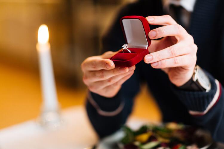 プロポーズに間に合わない?婚約指輪の納期と、すぐリングを手に入れる裏技
