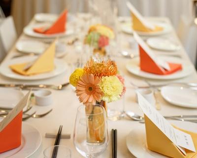テーマカラーに沿った2色のナプキンがテーブルのアクセントに!
